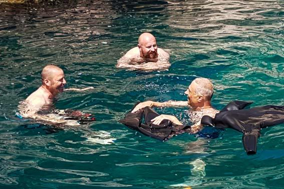Chillout direkt nach den Tauchgängen - die ausgezogenen Anzüge dienen als Schwimmboje